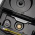 BONECO U7145 - pohled do základny přístroje, kde je vidět ultrazvukový měnič, snímač hladiny, stříbrná ionizační tyčinka a čistící kartáček